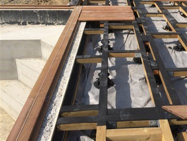 Comment faire le lien avec une piscine terrasse en - Comment poser les lames de terrasse ...