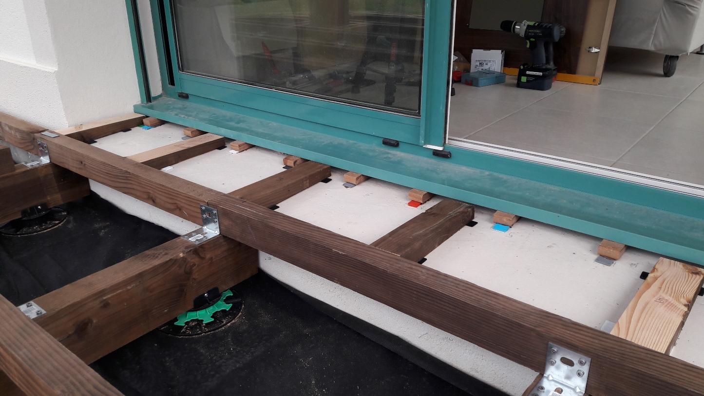 La pose sur dalle terrasse en bois comment construire - Porte terrasse ...